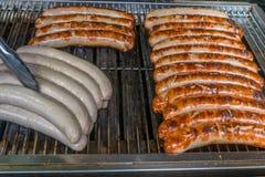 烧得发嘶声在烤肉格栅的煤炭的德国香肠 库存图片