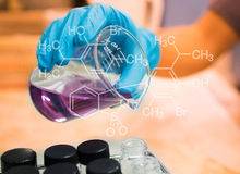 烧杯在科学家手上用设备和科学试验 免版税库存图片