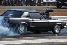 烧橡胶的旧车改装的高速马力汽车 免版税库存照片