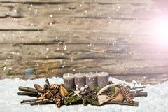 烧灰色蜡烛Blurred下雪的圣诞快乐装饰第1出现 库存照片