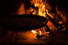 烧烤在开火的咖啡豆 图库摄影