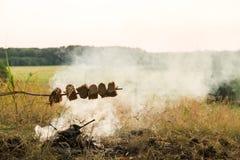 烧烤面包开火并且抽烟 免版税库存照片