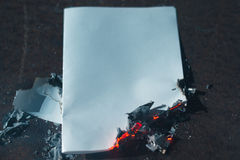 烧焦了在黑暗的纸板料 免版税库存图片