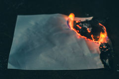 烧焦了在黑暗的纸板料 库存图片