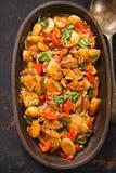 烧焦siu在中国烤肉汁的烤肉 烤炭灰siu给在烤肉汁的猪肉上釉用孛荠,红辣椒和 库存照片