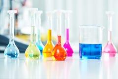 烧瓶在化学药房研究实验室 图库摄影