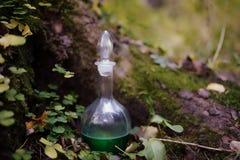 烧瓶用在木头的魔药 图库摄影