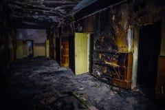 烧由老医院火内部  走廊的被烧焦的墙壁和门 库存照片