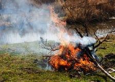 烧的垃圾创造烟 库存照片