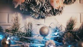 烧蜡烛新年的圣诞节装饰 股票录像