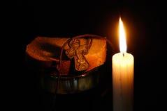 烧蜡烛玻璃十字架水的面包 免版税库存图片