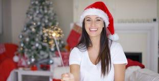 烧Xmas闪烁发光物的笑的少妇 免版税库存图片