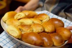 从滚烫的祖母的复活节饼 库存照片