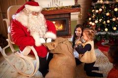 热切地等待从圣诞老人的孩子礼物 免版税库存照片