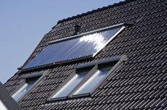 热化太阳面板的屋顶 免版税库存照片