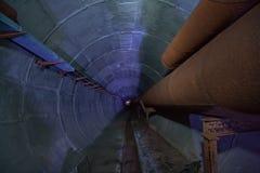 热化输送管圆的地下隧道  库存图片