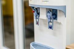 热和凉水分配器机器 免版税库存图片