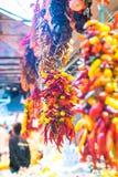 热和甜椒被分类的五颜六色的品种在市场上 免版税库存照片