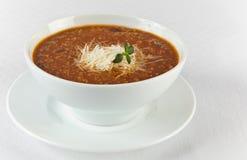 热和辣牛肉汤用在碗的乳酪 免版税库存照片