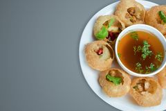 热和辣餐馆的pani puri印地安食物摄影 免版税库存图片