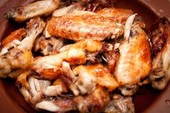 热和辣水牛样式鸡翼 免版税库存图片
