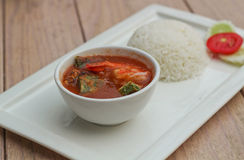 热和酸咖喱用罗望子树调味汁、虾和菜 库存图片