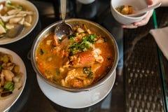 热和酸汤和虾在浓缩的水,泰国传统食物中 免版税库存图片