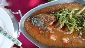 热和酸汤和鱼在浓缩的水,泰国传统食物中 免版税库存照片