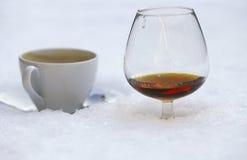 热咖啡的科涅克白兰地温暖 免版税库存图片