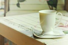 热在与葡萄酒样式的油漆木桌上 免版税库存照片