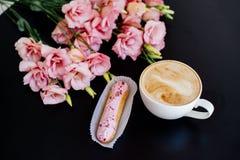 热奶咖啡、小饼和花 库存图片