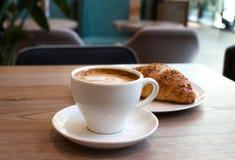 热奶咖啡和新月形面包 库存图片