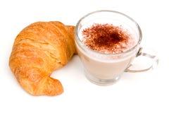 热奶咖啡和新月形面包 库存照片