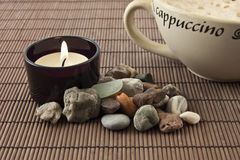 热奶咖啡和浪漫蜡烛 库存图片