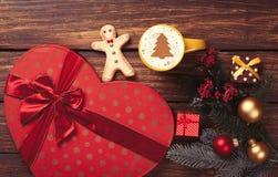 热奶咖啡和礼物 库存照片