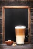 热奶咖啡和菜单板 图库摄影