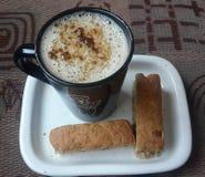热奶咖啡和面包干 免版税库存照片