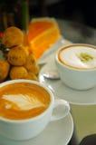 热奶咖啡和latte绿茶用桔子和Duk 库存图片