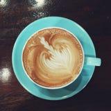 热奶咖啡和latte艺术 库存照片