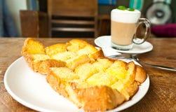 热奶咖啡咖啡和黄油糖多士 免版税图库摄影