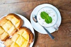 热奶咖啡咖啡和黄油糖多士 免版税库存照片
