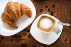 热奶咖啡咖啡顶视图用新月形面包 库存图片