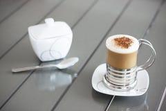 热奶咖啡在葡萄酒木桌里 免版税库存图片
