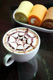 热奶咖啡奶油色热卷 库存照片