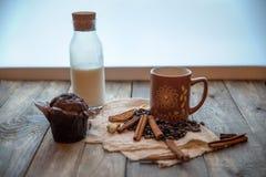 热奶咖啡巧克力杯形蛋糕和桂香 库存图片