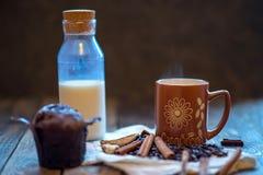 热奶咖啡巧克力杯形蛋糕和桂香 库存照片