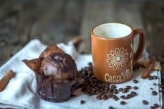 热奶咖啡巧克力杯形蛋糕和桂香 图库摄影