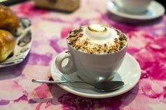 热奶咖啡意大利早餐用奶油蛋卷 库存图片