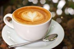 热奶咖啡或与重点的latte咖啡 免版税库存图片