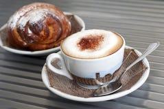 热奶咖啡新月形面包 图库摄影